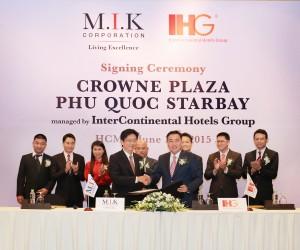 Crowne Plaza Phu Quoc Starbay_Signing.jpg